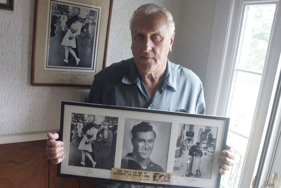 George Mendonsa posed for a photo in Middletown, R.I., holding a copy of the famous Alfred Eisenstadt photo of him kissing Greta Zimmer Friedman in Times Square on Aug. 14, 1945.
