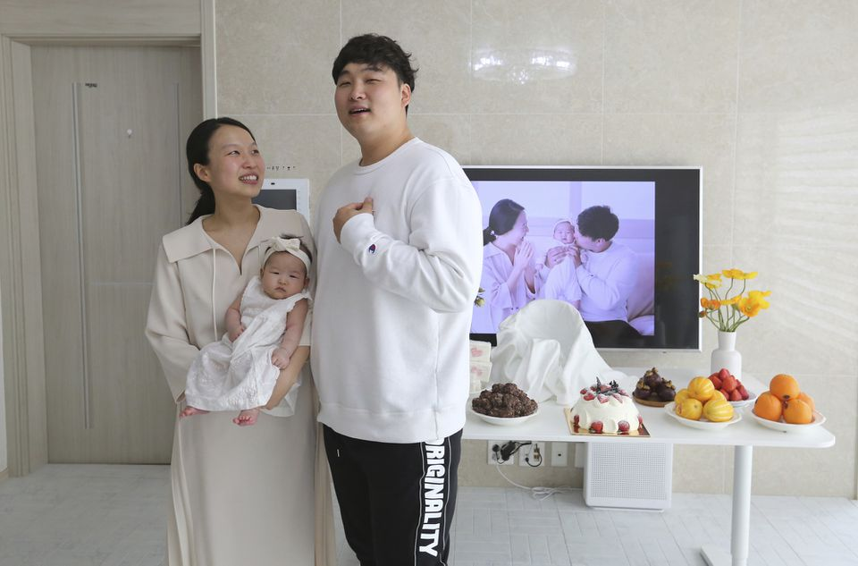 Ryu Da Gyeong, her husband, Lee Dong Kil, and their daughter, Lee Yoon Seol, celebrated the 100th day after the baby's birth this week.