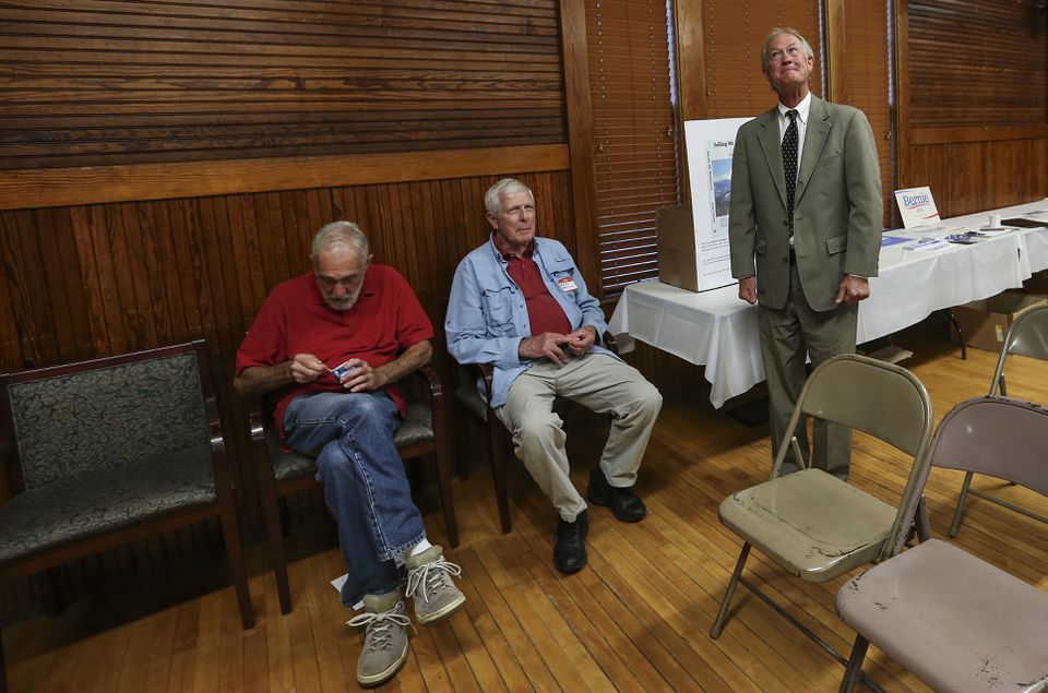 Lincoln Chafee (standing) had few voters to greet before a Sandown, N.H., forum.
